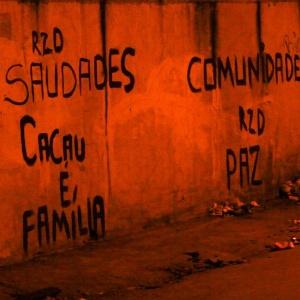 Muro na avenida Edgard Romero, na zona norte do Rio de Janeiro, é pichado com frase em memória de Cláudia Ferreira da Silva, 38, que foi arrastada por uma viatura da Polícia Militar após ser baleada durante tiroteio entre a polícia e criminosos - Douglas Viana/Agência O Dia/Estadão Conteúdo