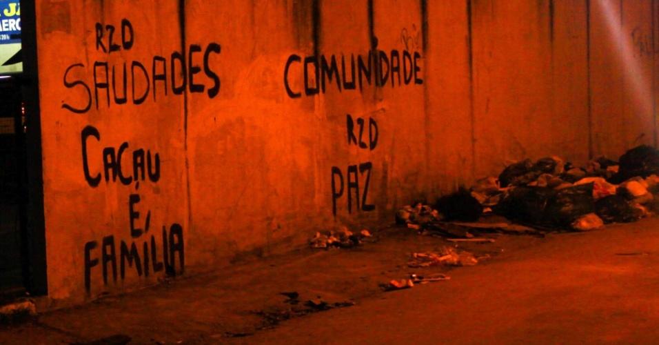18.mar.2014 - Muro na avenida Edgard Romero, na zona norte do Rio de Janeiro, é pichado com frase em memória de Cláudia Ferreira da Silva, 38, que foi arrastada por uma viatura da Polícia Militar após ser baleada durante tiroteio entre a polícia e criminosos na comunidade no domingo (16)