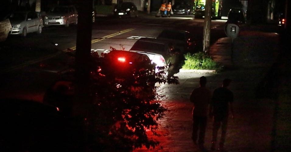 18.mar.2014 - Parte do bairro de Santa Cecília ficou sem energia elétrica às 14 horas, e até às 21 horas não havia luz ainda