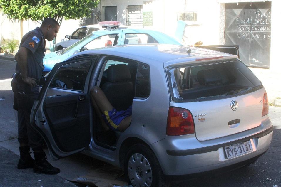 18.mar.2014 - Três corpos foram encontrados dentro de um carro em Senador Camará, na zona oeste do Rio de Janeiro, na manhã desta terça-feira (18). Segundo informações do 14º batalhão da Polícia Militar, o veículo tinha marcas de tiros. A identidade dos três homens mortos ainda não foi confirmada