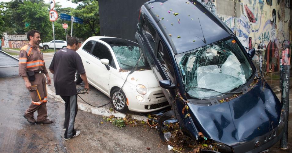 18.mar.2014 - Um carro que estava estacionado na rua Aspicuelta e foi parar na rua Harmonia após fortes chuvas que atingiram a capital paulista no início da tarde desta terça-feira (18)