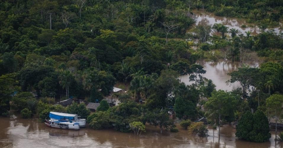 18.mar.2014 - Vista aérea do rio Madeira, em Porto Velho, Rondônia, nesta terça-feira (18). Na capital de Rondônia, o nível do rio Madeira bateu recorde histórico em cem anos de medições e está afetando diretamente milhares de famílias. Desde o fim de fevereiro, Porto Velho está em estado de calamidade pública