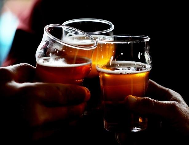 Cerveja; copo; brinde; cervejaria; bebida alcoólica