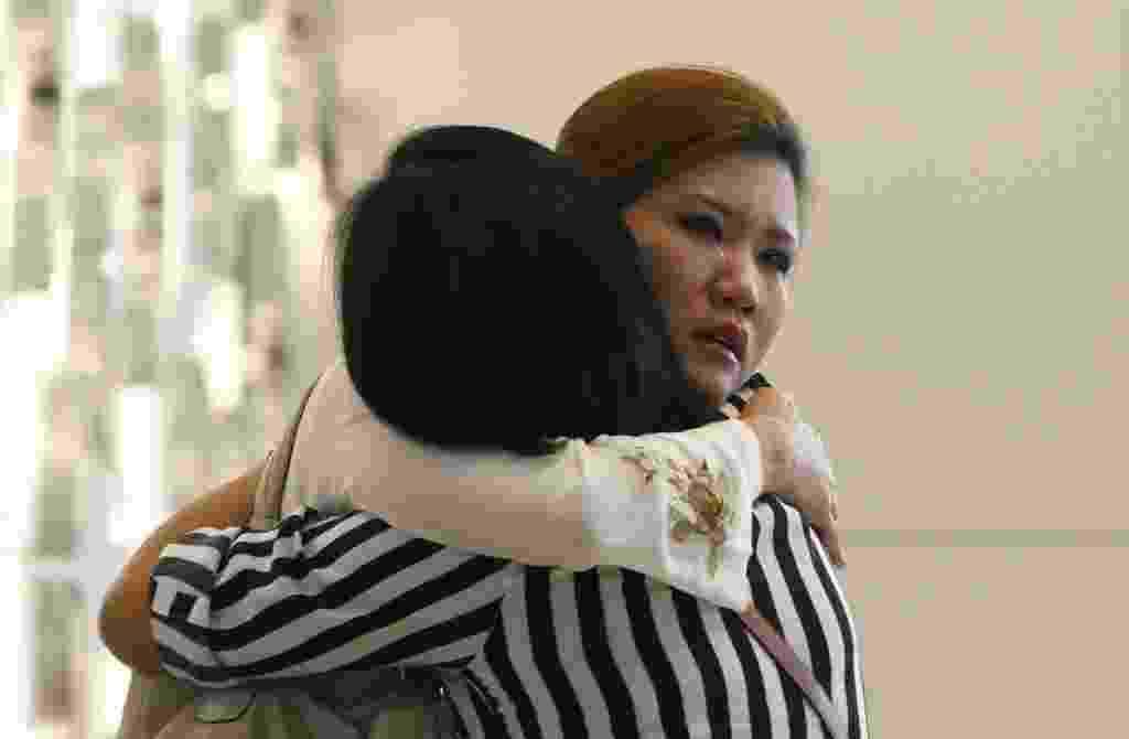 10.mar.2014 - Parentes de passageiro do voo MH370 da Malaysia Airlines choram em hotel em Putrajaya, enquanto aguardam notícias da aeronave desaparecida no dia 8 de março - Samsul Said/Reuters