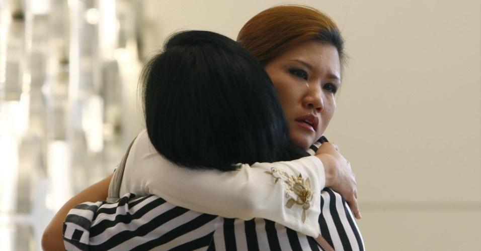 10.mar.2014 - Parentes de passageiro do voo MH370 da Malaysia Airlines choram em hotel em Putrajaya, enquanto aguardam notícias da aeronave desaparecida no dia 8 de março