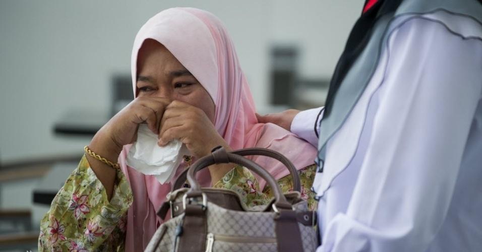 11.mar.2014 - Uma parente de um dos passageiros que estava a bordo do voo MH370 da Malaysia Airlines, que está desaparecido, chora enquanto espera novas informações em um hotel em Putrajaya, na Malásia