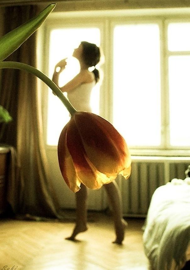 19.mar.2014 - A mulher não está vestindo uma saia feita de pétalas