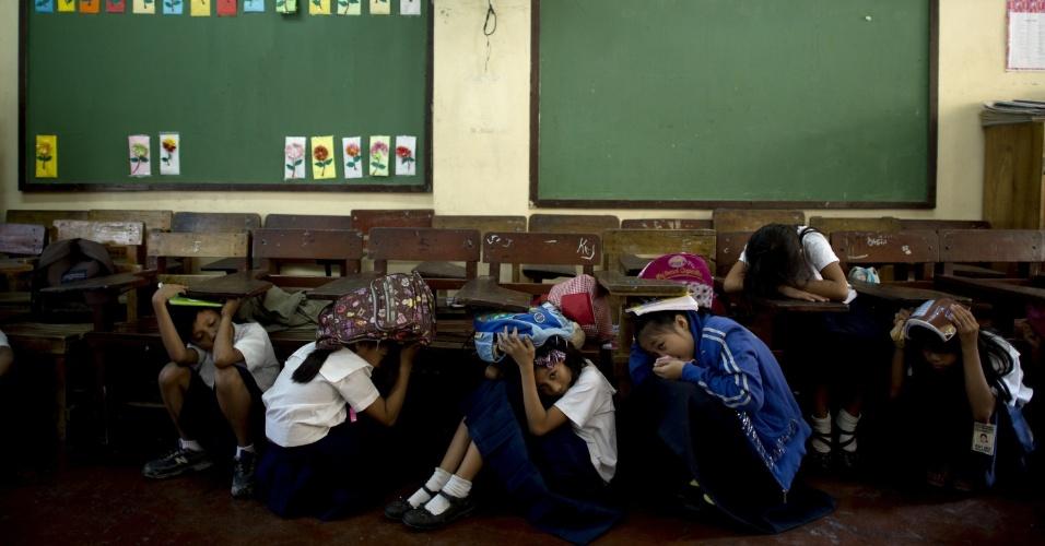 19.mar.2014 - Alunos participam de uma simulação de terremoto em uma escola das Filipinas. O governo emitiu um comunicado para que todas as escolas participassem da simulação que ocorreu em vários colégios do país de forma simultânea