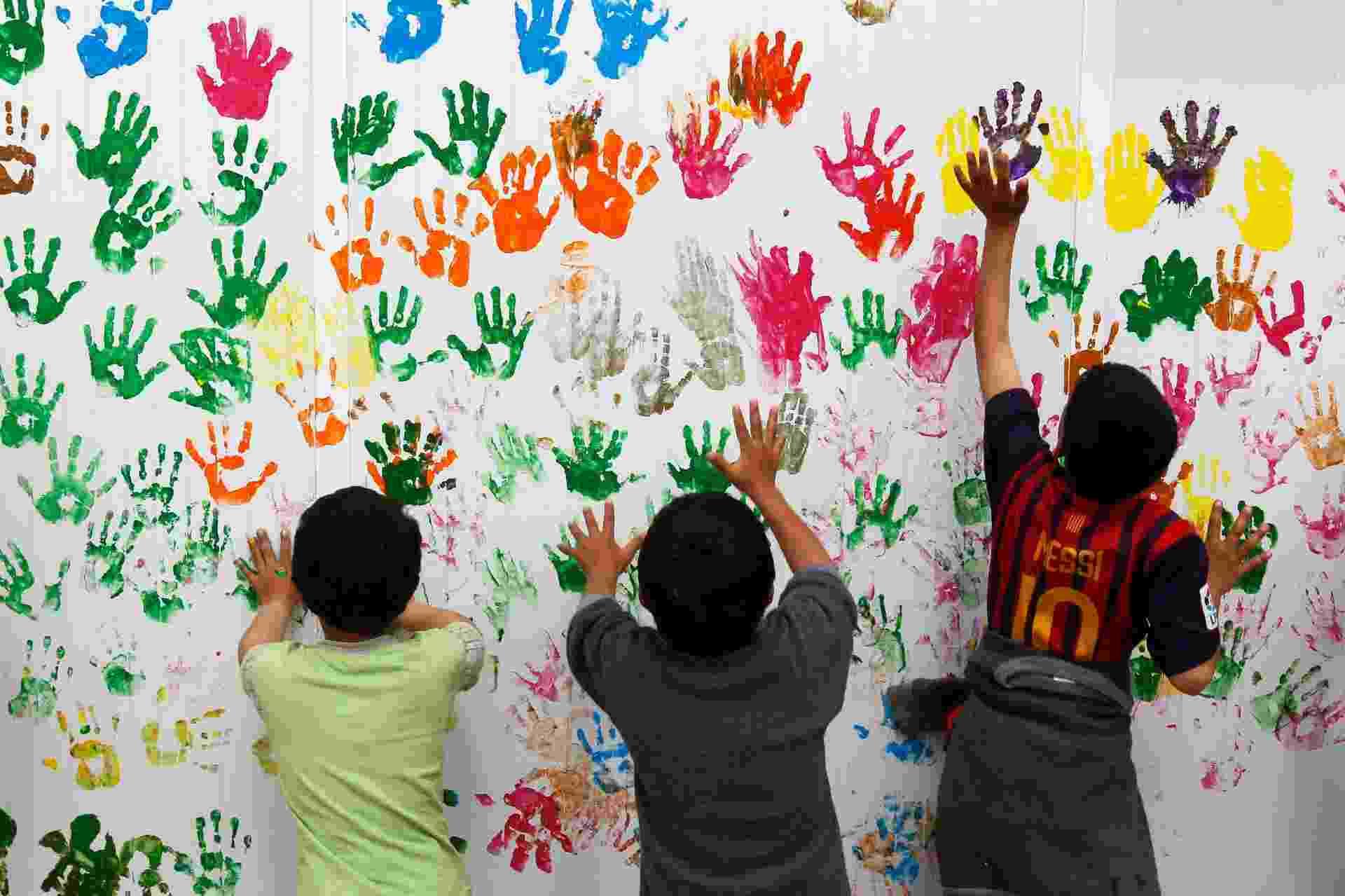 19.mar.2014 - Crianças sírias realizam uma atividade de pintura na escola no acampamento de refugiados Al Zaatari na cidade jordaniana de Mafraq - Reuters/Muhammad Hamed