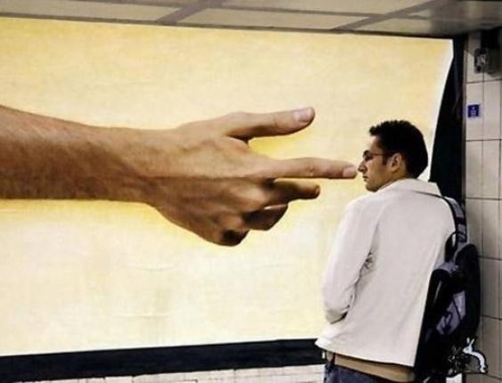 19.mar.2014 - Essa mão enorme não está tocando o rapaz da foto