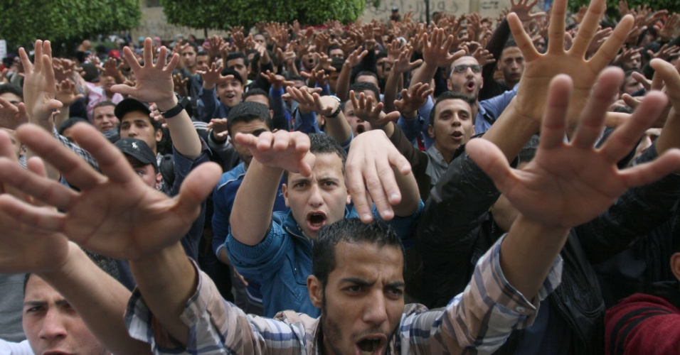 19.mar.2014 - Estudantes da Universidade do Cairo, apoiadores do presidente deposto Mohammed Mursi, fazem protesto dentro do campus no Cairo, nesta quarta-feira (19)