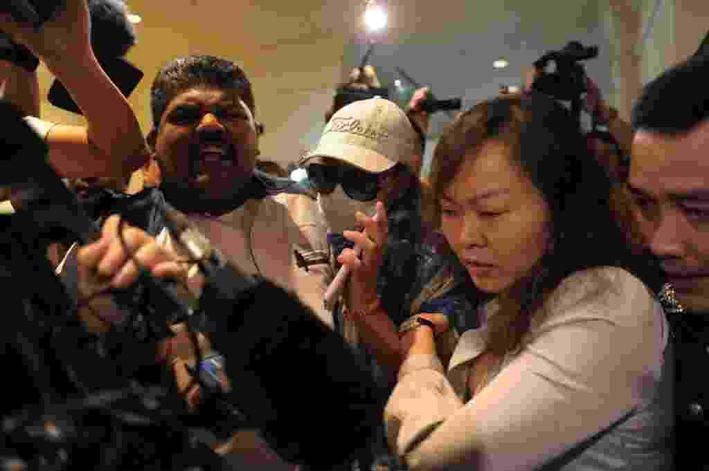 19.mar.2014 - Familiares de passageiros chineses do voo MH370 da Malaysia Airlines são impedidos pela polícia de entrar na sala de imprensa de um hotel próximo ao aeroporto internacional de Kuala Lumpur, na Malásia, onde nesta quarta-feira (19) aconteceu uma entrevista coletiva sobre o voo desaparecido em 8 de março - Mohd Rasfan/AFP