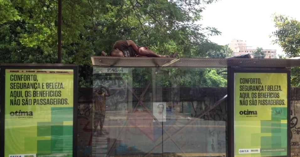 19.mar.2014 - O morador de rua João Paulo Silva, 42, dorme em cima de ponto de ônibus na rua Augusta com a Caio Prado, em São Paulo. Segundo João Paulo, esta forma é melhor do que dormir nas calçadas e ninguém o incomoda