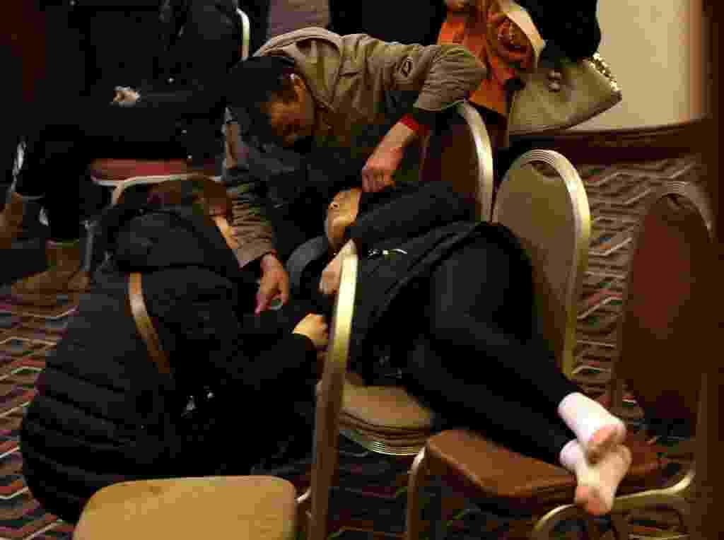 14.mar.2014 - Parente de passageiro do voo MH370, que está desaparecido desde 8 de março, descansa em cadeiras em sala de hotel de Pequim, na China, enquanto aguarda notícias sobre o paradeiro da aeronave - Kim Kyung-Hoon/Reuters