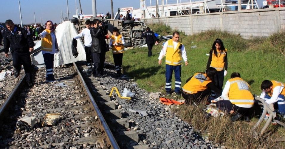 20.mar.2014 - Equipe de resgate trabalha em local de acidente na província de Mersin, na Turquia. Um trem colidiu com um micro-ônibus, causando a morte de ao menos nove pessoas e deixando diversas outras feridas