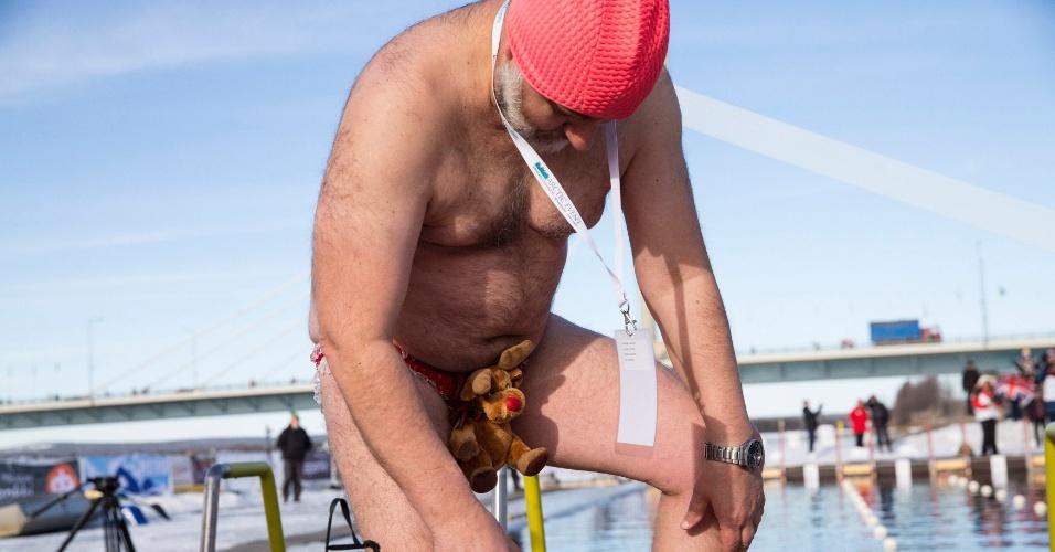 20.mar.2014 - Homem com sunga de ursinho participa de prova masculina de 450 metros do campeonato mundial de inverno de natação, em Rovaniemi, Finlândia, nesta quinta-feira (20)