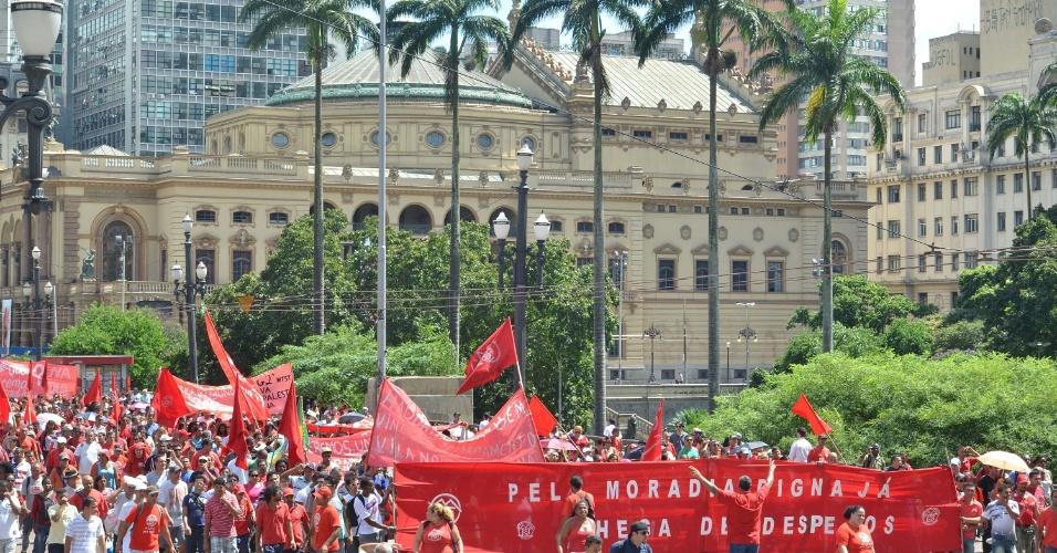20.mar.2014 - Integrantes do Movimento dos Trabalhadores Sem-Teto fizeram um protesto no centro de São Paulo nesta quinta-feira (20). Os manifestantes saíram da Praça da República em direção à Prefeitura