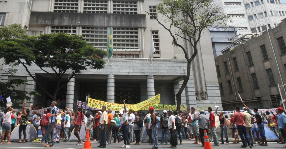 20.mar.2014 - Manifestantes sem teto da ocupação de Isidoro, que fica na região norte de Belo Horizonte, em Minas Gerais, montaram acampamento em frente a sede da Prefeitura de Belo Horizonte