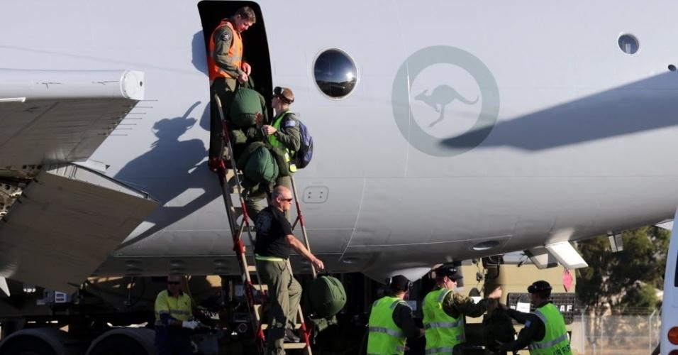 20.mar.2014 - Membros da Força Aérea Real da Austrália desembarcam em Perth após missão de busca no sul do oceano Índico pelo avião da Malaysia Airlines desaparecido desde o dia 8 de março. A marinha australiana divulgou imagens de 16 de março em que um objeto é visto flutuando no oceano Índico, e que podem ser parte do Boeing 777 da companhia aérea