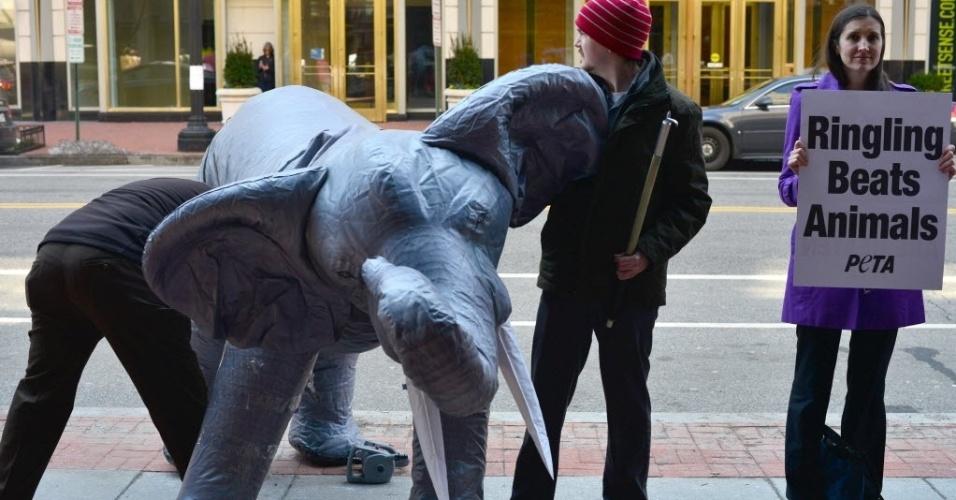 20.mar.2014 - Membros da organização PETA (Pessoas pelo Tratamento Ético dos Animais) participam de um protesto contra os maus-tratos de elefantes em Washington, capital dos Estados Unidos