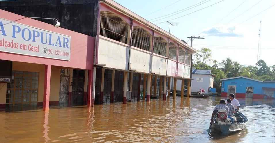 20.mar.2014 - Moradores precisam de barcos para conseguir se locomover devido a cheia do rio Madeira na rua Getúlio Vargas, no centro de Humaitá, no Amazonas