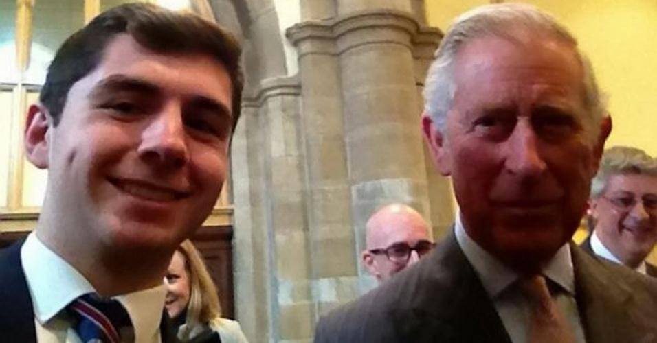 20.mar.2014 - O britânico Joseph Wilson (esq), 17, conseguiu tirar um selfie com o príncipe Charles. O registro foi feito durante um evento do qual Wilson participou a convite de Charles e da duquesa Camilla (isso porque o jovem resgatou diversas vítimas em uma enchente em Yalding, Kent). Depois de uma breve conversa, Wilson pediu para fazer o selfie. ''Tirei a foto e ele começou a rir'', afirmou o jovem, segundo o ''Daily Mail''