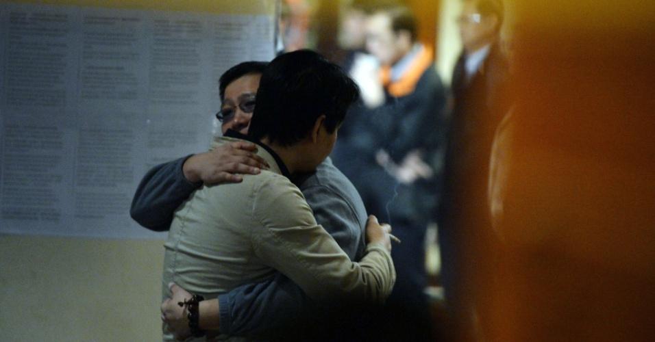 20.mar.2014 - Parentes chineses de passageiros do voo 370 da Malaysia Airlines consolam uns aos outros antes de reunião com funcionários da empresa em hotel em Pequim, nesta quinta-feira (20). As autoridades australianas anunciaram terem encontrado, via satélite, objetos no oceano Índico que poderiam ser do Boeing 777 desaparecido desde o dia 8