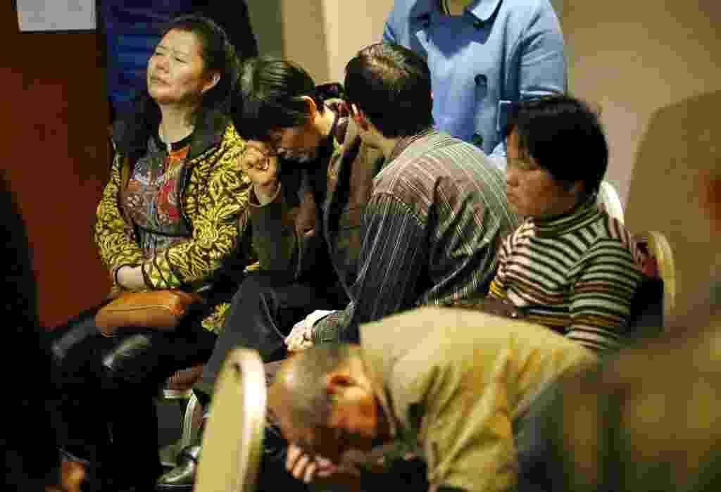 20.mar.2014 - Parentes de passageiros do voo MH370, da Malaysia Airlines, desaparecido desde 8 de março, se reúnem em hotel de Pequim, China, para receberem  notícias sobre as buscas - Rolex Dela Pen/EFE