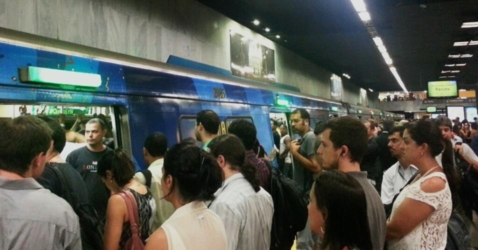 20.mar.2014 - Passageiros aguardam por cerca de 40 minutos parados na estação Cinelândia, centro do Rio de Janeiro, com a composição estacionada na plataforma e com as portas abertas