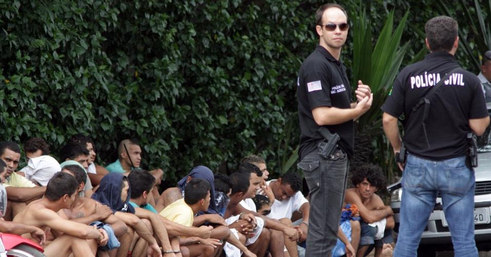 20.mar.2014 - Policiais militares reforçam a entrada de presos no Centro de Detenção Provisória de Sorocaba, em São Paulo, nesta quinta-feira (20), após a unidade deixar de receber novos detentos por impedimento de agentes penitenciários que estão em greve