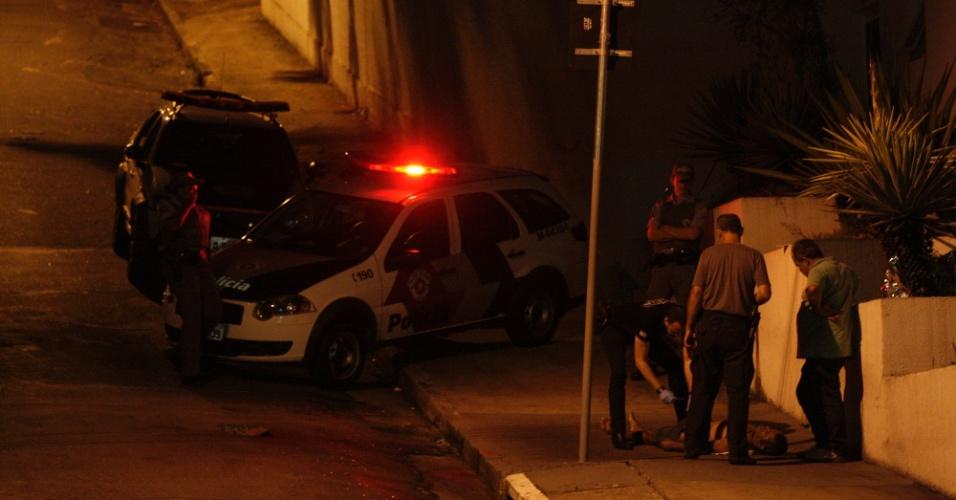 20.mar.2014 - Policias investigam homem aparentando 40 anos encontrado morto no bairro de Pacaembu, centro de São Paulo, na madrugada de quarta-feira (19). Segundo a Polícia Militar, ele não portava documentos ou qualquer pertence. A perícia da PM esteve no local, e motivo do óbito é desconhecido