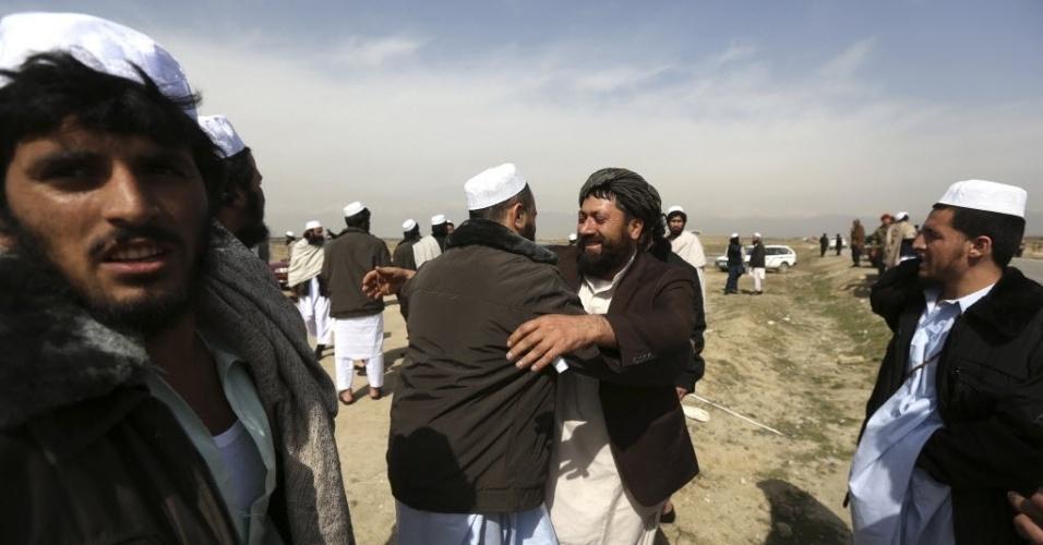 20.mar.2014 - Prisioneiros afegãos abraçam familiares após deixarem centro de detenção em base militar americana na cidade de Bagram, no Afeganistão