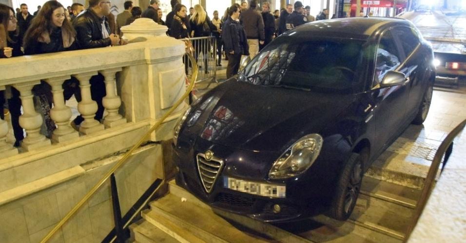 20.mar.2014 - Um caminhão reboca um carro preso na entrada de uma estação de metrô em Paris