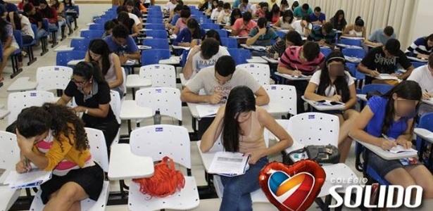 """Cadeiras brancas seriam as """"personalizadas"""" e pelas quais a instituição cobrava R$ 50 mensais"""