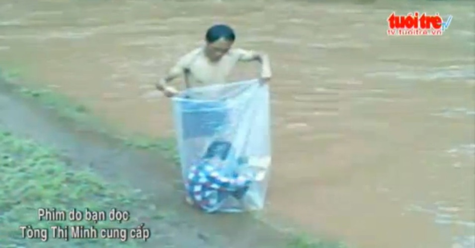 Crianças atravessam rio dentro de saco plástico para chegarem à escola no Vietnam