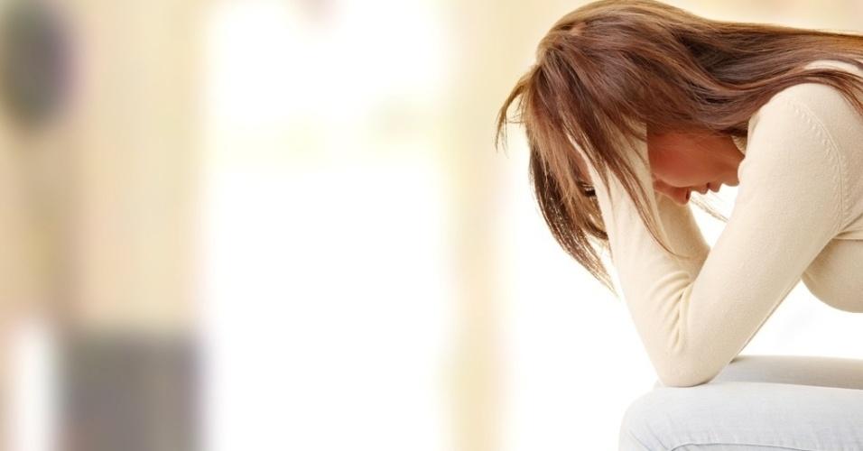 https://conteudo.imguol.com.br/c/noticias/2014/03/20/mulher-sozinha-solidao-depressao-triste-tristeza-choro-chorar-psicologo-psiquiatra-remedio-medicamento-comportamento-estresse-desemprego-doenca-desespero-suicidio-morte-preocupacao-1395324321781_956x500.jpg