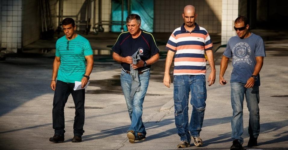 20.mar.2014 - A Polícia Federal prendeu o ex-diretor de Refino e Abastecimento da Petrobras Paulo Roberto Costa (segundo à esquerda), no Rio de Janeiro. Ele foi preso por tentar destruir provas e documentos, que o envolviam em um suposto esquema de lavagem de dinheiro