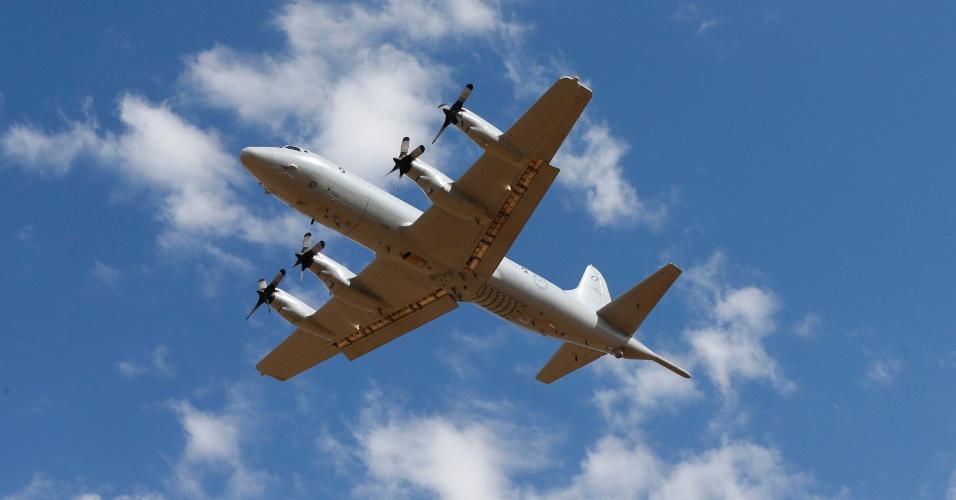 21.mar.2014 - Aeronave P-3 Orion da Força Aérea da Austrália decola da base de Perth, no sudoeste do país, para procurar o Boeing 777 da Malaysia Airlines desaparecido desde 8 de março. A Austrália encaminhou quatro aviões para a área a cerca de 2.500 km ao sudoeste de Perth, onde satélites identificaram dois grandes objetos que podem ser do voo MH370