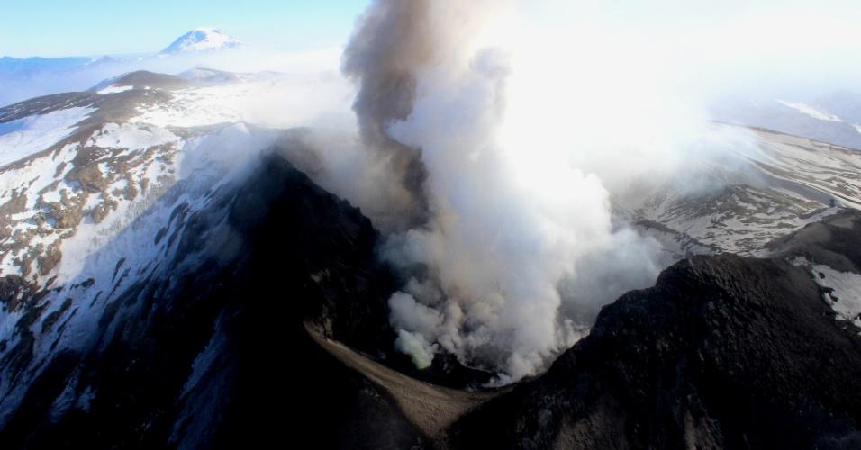 21.mar.2014 - Em imagem de 24 de maio de 2013, o vulcão Copahue expele cinzas e vapor na região de Biobio, centro sul do Chile. Com 3.000 m de altura, o Copahue está localizado na Cordilheira dos Andes, próximo à fronteira com a Argentina. Nesta quinta-feira (30), a Agência Nacional de Emergência chilena anunciou que a atividade do vulcão alcançou o nível laranja, podendo entrar em erupção a qualquer momento