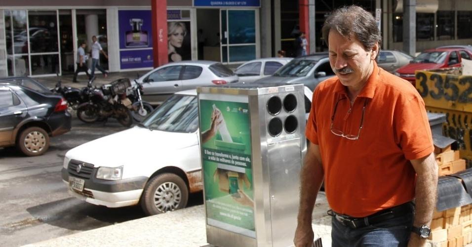 21.mar.2014 - O ex-tesoureiro do PT Delúbio Soares chega a CUT para trabalhar após suspensão temporária. Ele havia tido o benefício suspenso no dia 27 de fevereiro, após suspeitas de regalias que lhe estariam sendo concedidas no CPP (Centro de Progressão Penitenciária) de Brasília