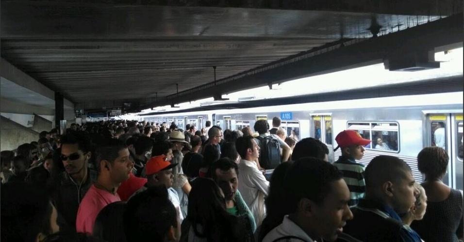21.mar.2014 - Uma falha na linha 1-azul do Metrô perto da estação Tucuruvi, na zona norte de São Paulo, provoca enorme filas e transtornos na manhã desta sexta-feira (21)