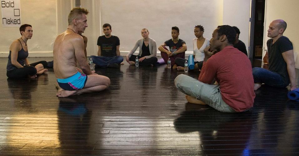 Fazer ioga pelado é a nova moda em Nova York