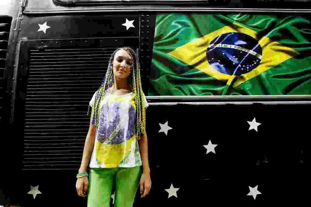 """22.mar.2014 - Isabela Trevisani, 17, acredita que o Brasil vive um estado de guerra civil atualmente e por isso é necessária a intervenção militar. """"A Constituição prevê a intervenção militar em casos assim. Hoje um bandido pode matar um policial, mas um policial não pode matar um bandido"""", disse - Reinaldo Canato/UOL"""