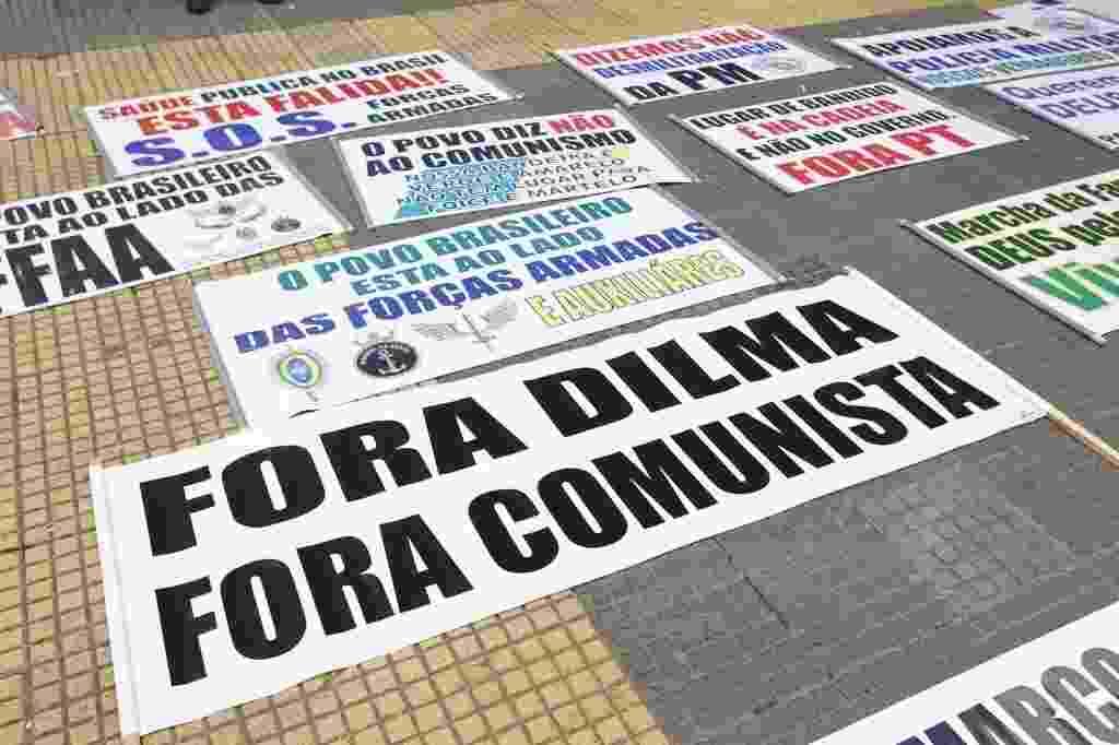 22.mar.2014 - Manifestantes fazem cartazes na praça da República para a Marcha da Família com Deus pela Liberdade, no centro de São Paulo. Outras duas marchas, uma pró e uma contra a intervenção militar no país, serão realizadas neste sábado na área central e na zona sul de São Paulo - Reinaldo Canato/UOL