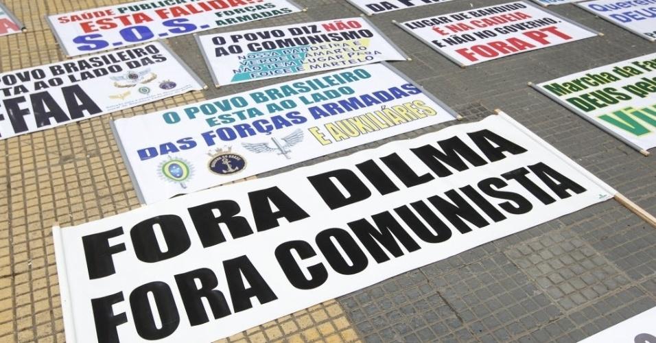 22.mar.2014 - Manifestantes fazem cartazes na praça da República para a Marcha da Família com Deus pela Liberdade, no centro de São Paulo. Outras duas marchas, uma pró e uma contra a intervenção militar no país, serão realizadas neste sábado na área central e na zona sul de São Paulo