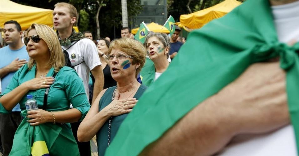 22.mar.2014 - Manifestantes se preparam para a Marcha da Família com Deus pela Liberdade, no centro de São Paulo. Outras duas marchas, uma pró e uma contra a intervenção militar no país, serão realizadas neste sábado na área central e na zona sul de São Paulo