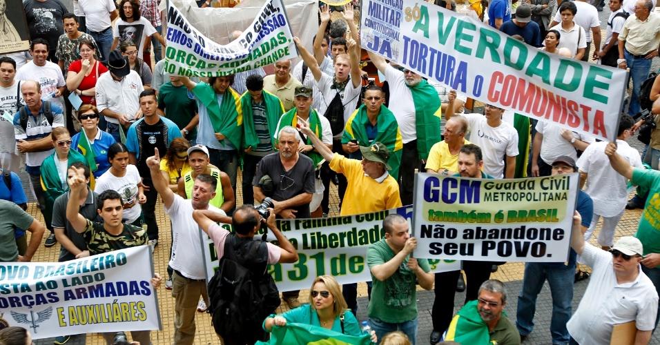 22.mar.2014 - Marcha da Família com Deus pela Liberdade, com saída da Praça da República até a Praça da Sé no centro de São Paulo, SP, neste sábado (22); evento foi organizado para relembrar a marcha anticomunista e de apoio ao golpe militar realizada há 50 anos em 19 de março de 1964