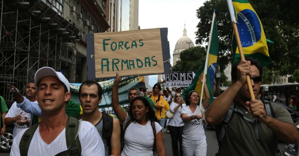 22.mar.2014 - No Rio de Janeiro (RJ), manifestantes também participam do evento organizado para relembrar a marcha anticomunista e de apoio ao golpe militar realizada há 50 anos, em 19 de março de 1964