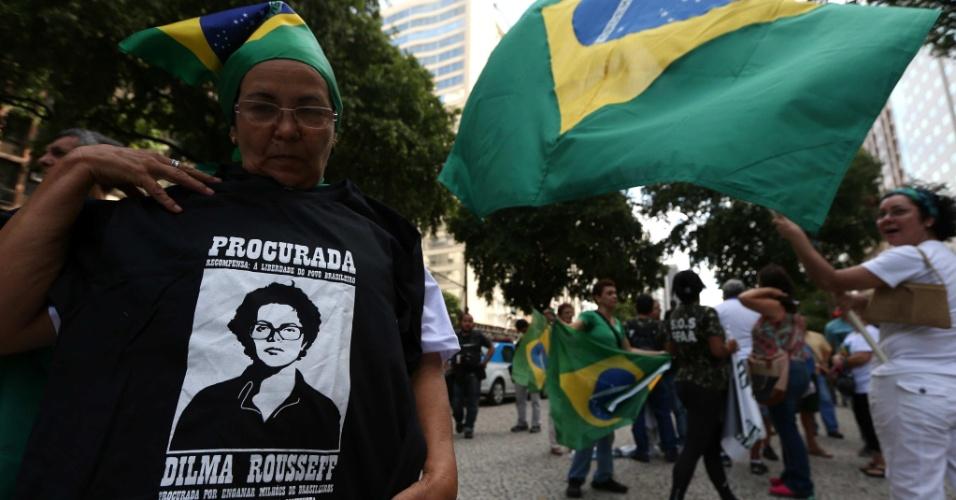 22.mar.2014 - No Rio de Janeiro (RJ), mulher segura camiseta com a foto da presidente Dilma Roussef em evento organizado para relembrar a marcha anticomunista e de apoio ao golpe militar realizada há 50 anos, em 19 de março de 1964
