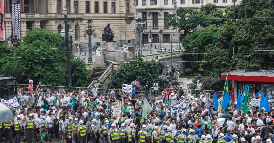 """22.mar.2014 - Pessoas participam da nova versão da """"Marcha da Família com Deus pela Liberdade"""" na tarde deste sábado (22), na Praça da República, região central de São Paulo. O ato relembra a marcha anticomunista que apoiava o golpe militar realizada há 50 anos"""